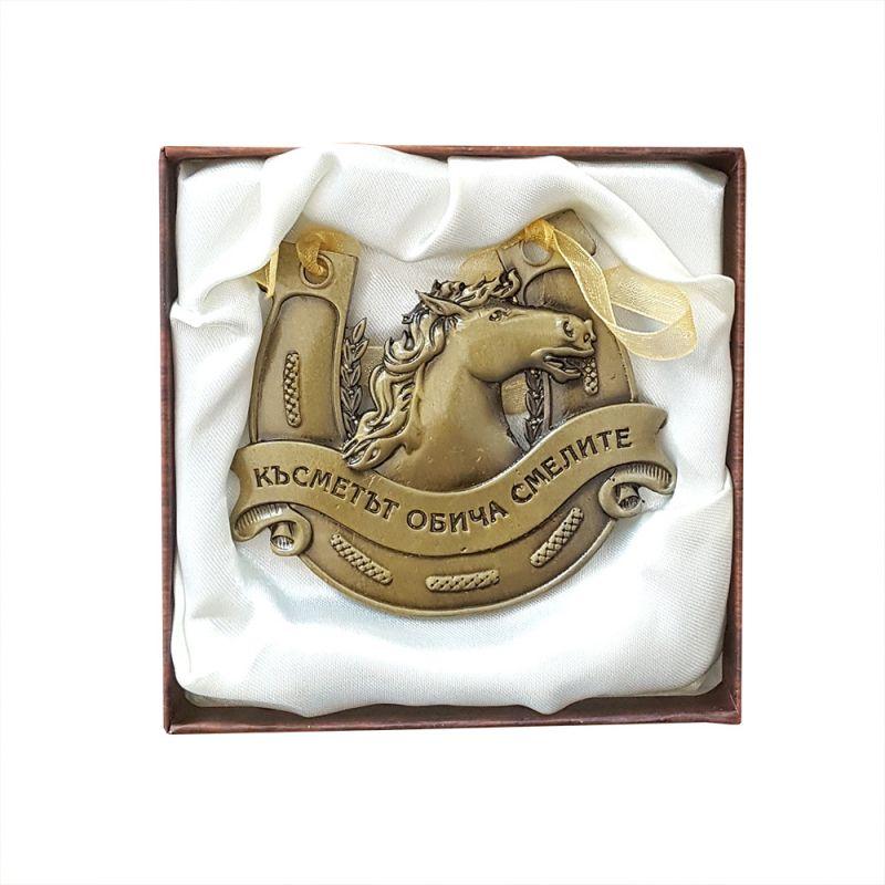 2219 Сувенир подкова с кон и надпис Късметът обича смелите
